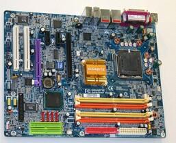 Gigabyte Board mit i915-Chipsatz | Quelle: Anandtech