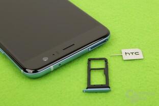 Neben der SIM gibt es Platz für microSD