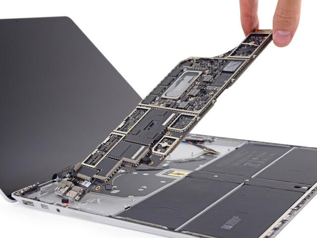 Die Hauptplatine des Surface Laptop