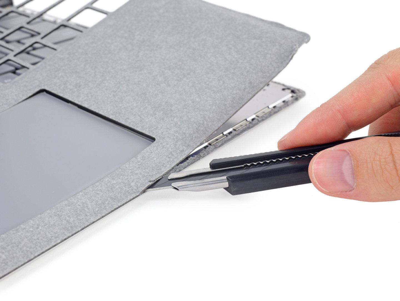 Das Surface Laptop wird beim Öffnen irreparabel zerstört