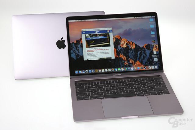 Neues (vorne) und altes MacBook Pro unterscheiden sich äußerlich nicht