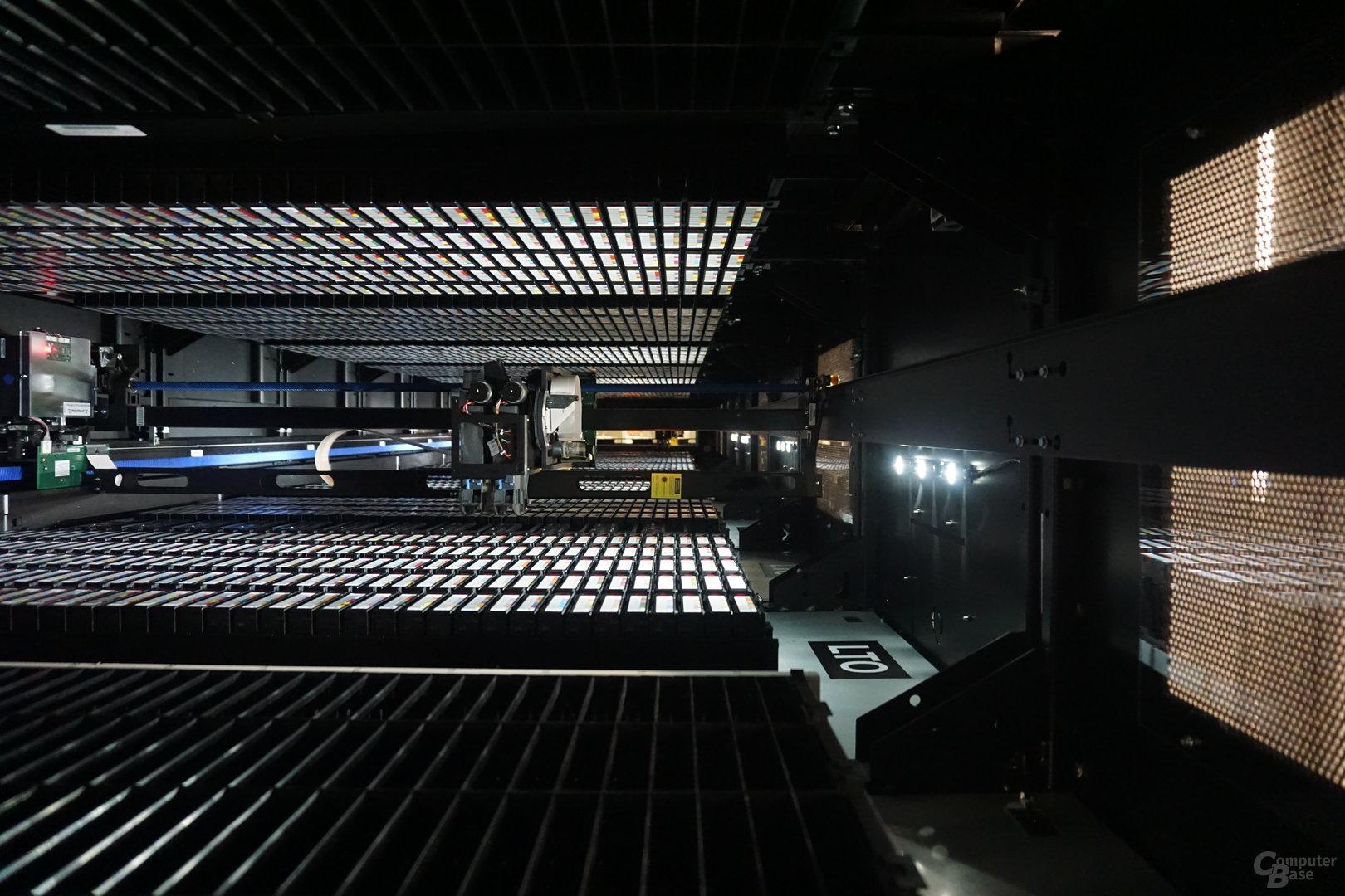 Ein Roboterarm holt auf Wunsch die Kassetten