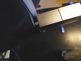 Für die seitlichen Buchsen am Monitor (Dell U2713HM) ist der Stick zu dick