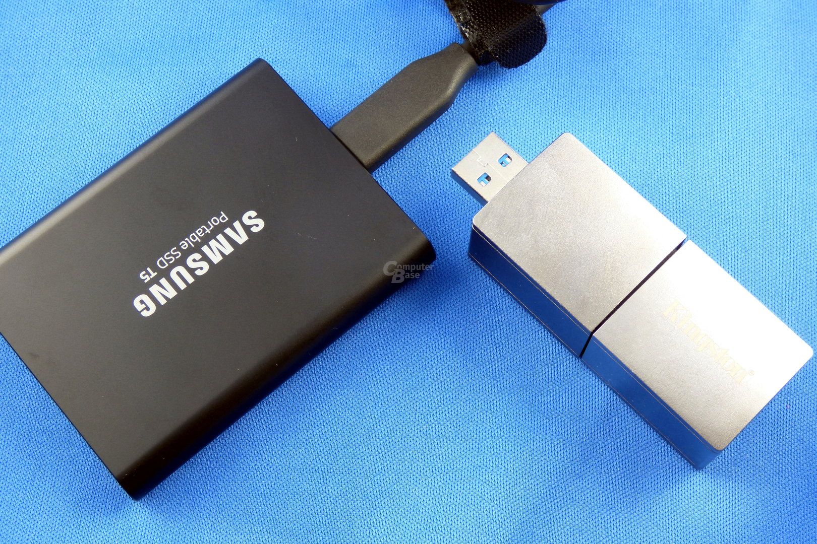 Samsung Portable SSD T5 (links), Kingston DataTraveler Ultimate GT (rechts)