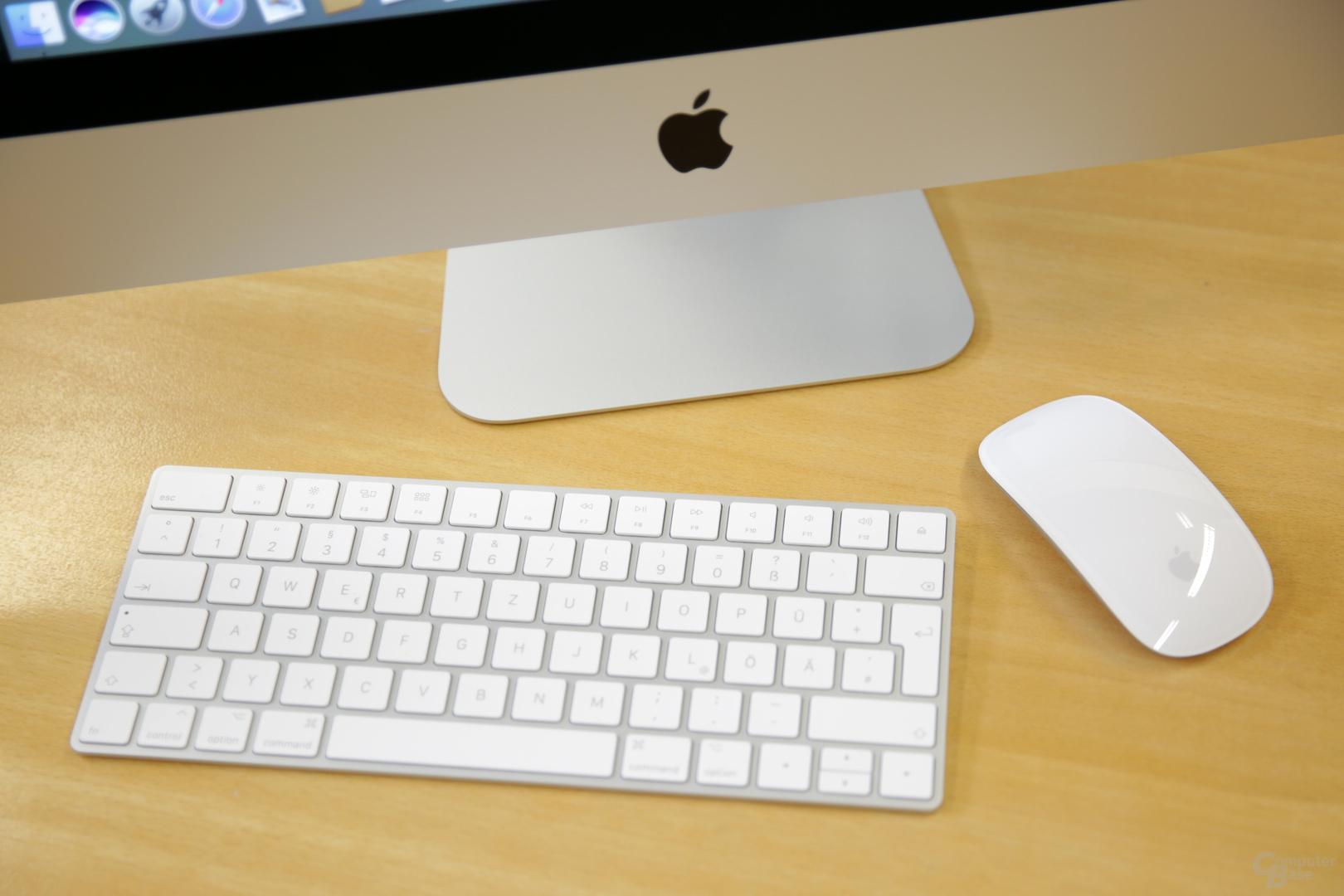 Der iMac kommt mit Magic Keyboard und Magic Mouse 2
