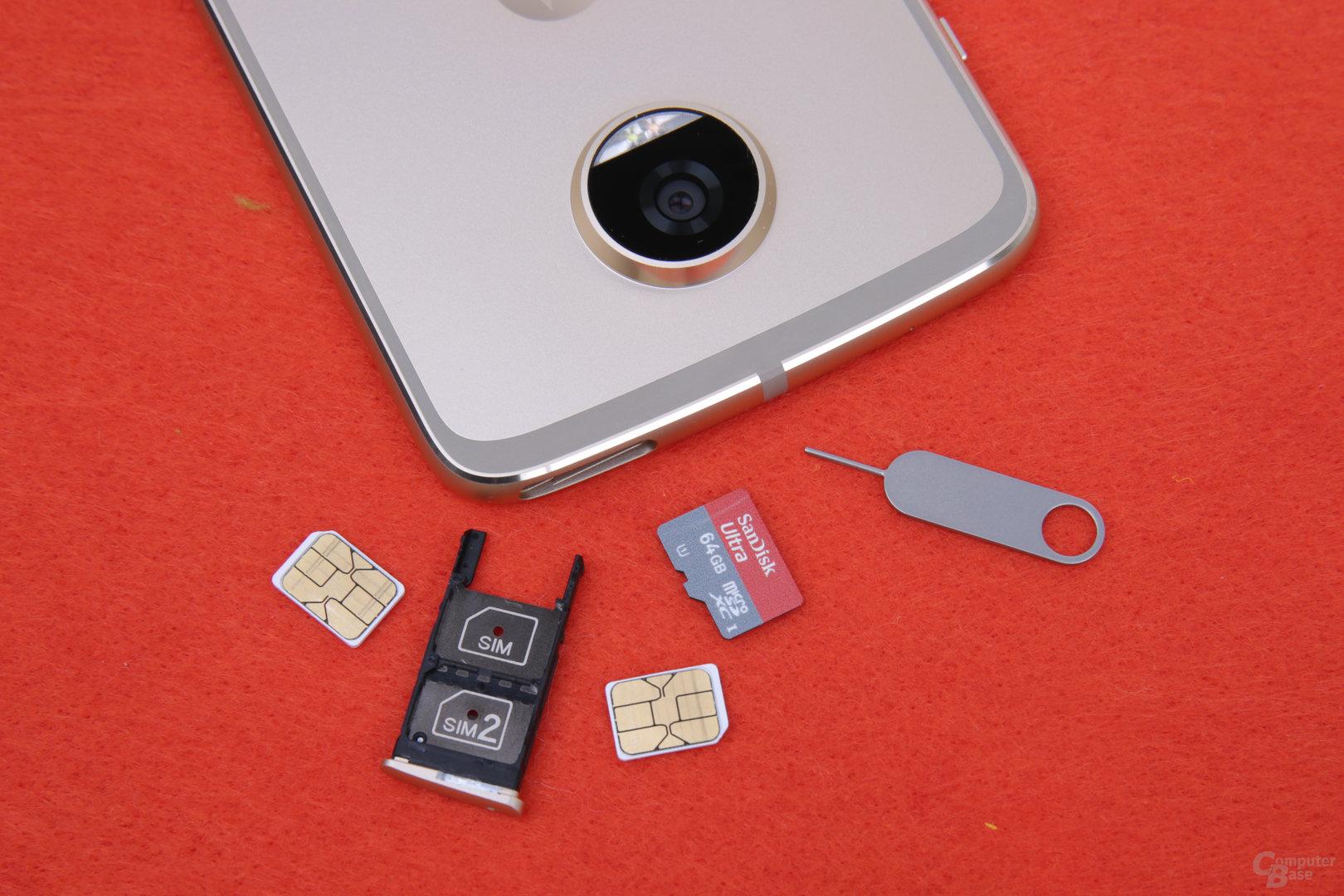 Das Moto Z2 Play nimmt zwei SIM- und eine microSD-Karte auf