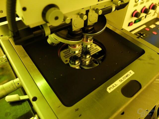 Die Maske wird durch ein Mikroskop betrachtet