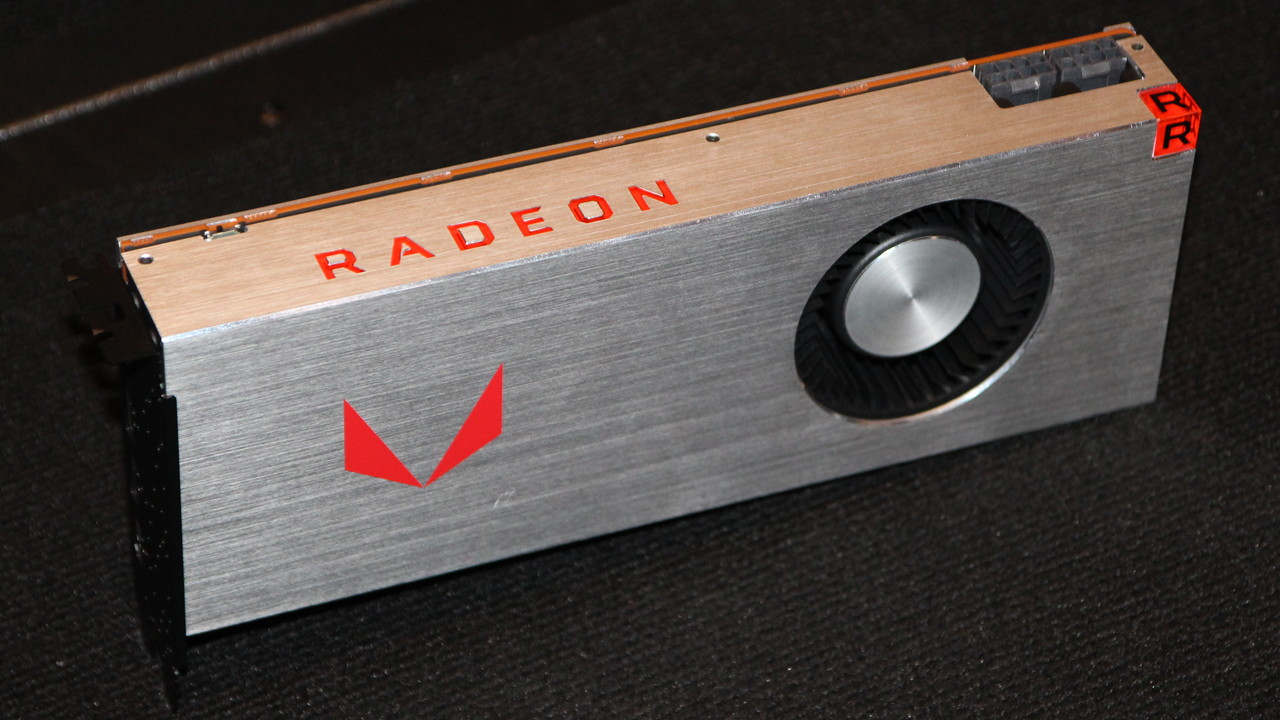 Radeon RX Vega: Erste eigene Fotos der RX Vega mit Luft- und Wasserkühler