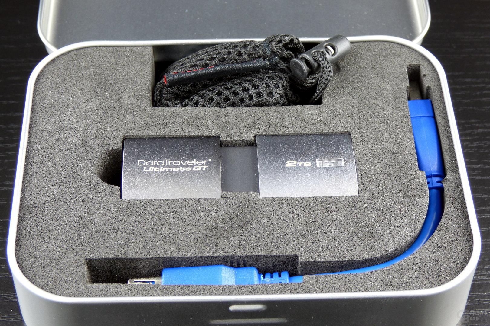 USB-Stick, Adapterkabel und Tragebeutel im Lieferumfang