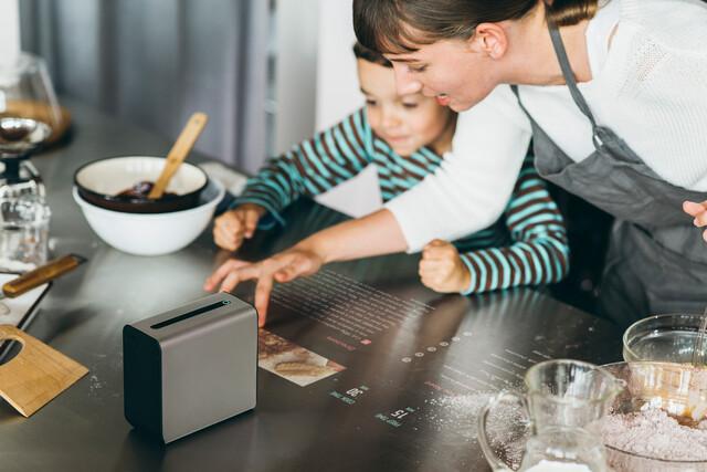Sony Xperia Touch auf der Arbeitsfläche in der Küche