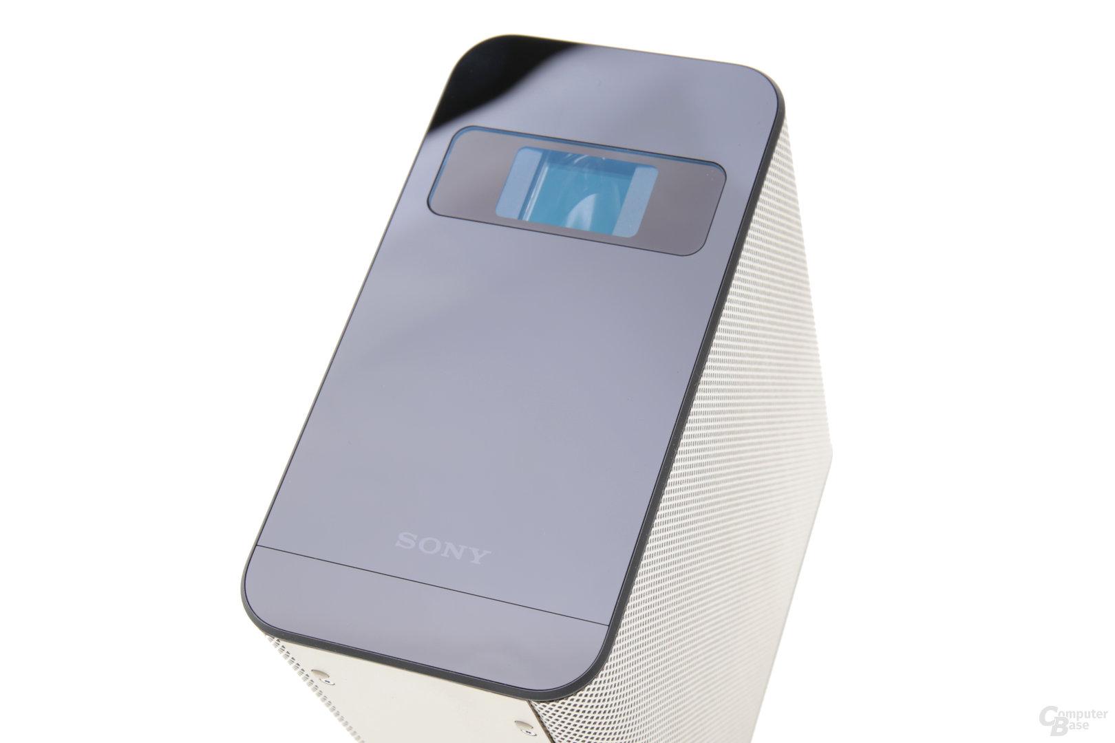 Laser-Projektor oben, unterhalb des Sony Schriftzugs liegt Infrarot-Touch