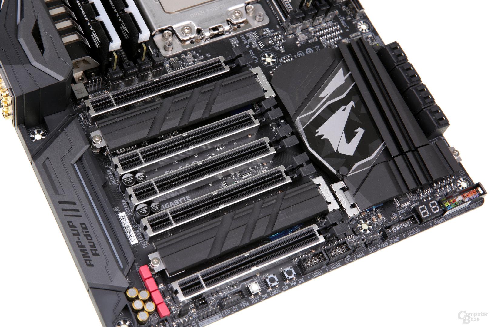 Das Gaming 7 beleuchtet PCIE x16 und bietet zwei M.2-Kühler