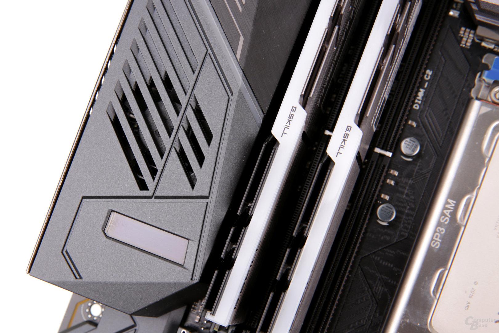 Hinter der Slotblende steckt bei Asus ein 40-mm-Lüfter für die VRM-Kühlung