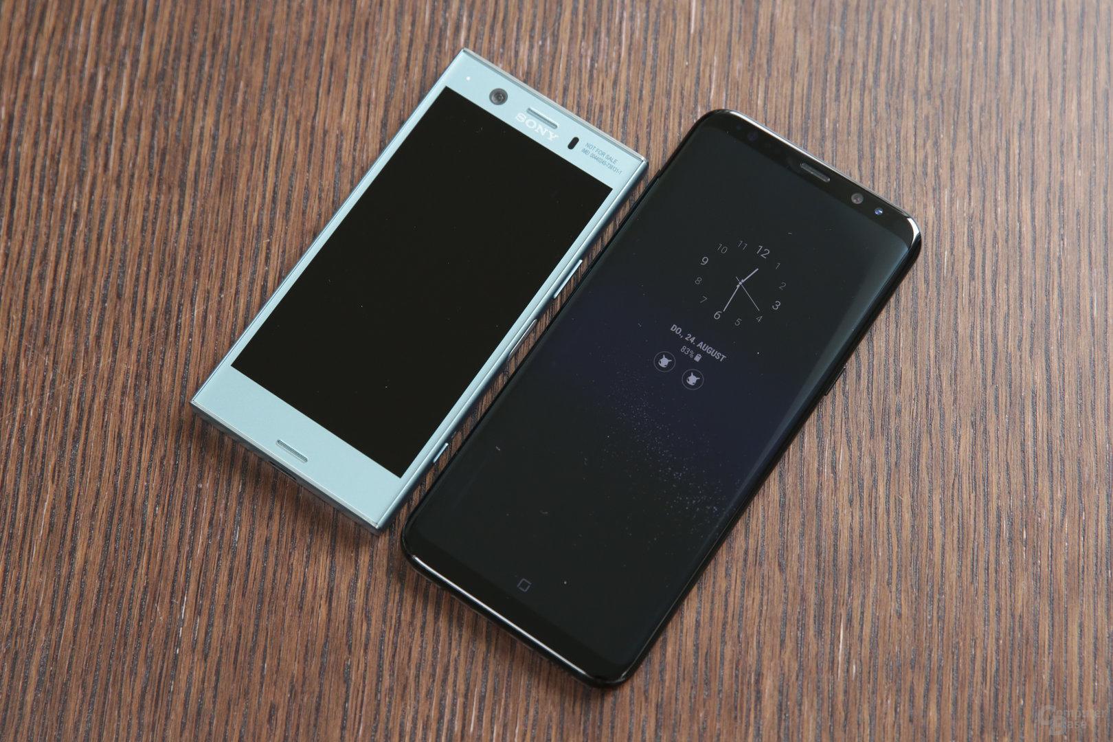 Sony Xperia XZ1 Compact neben Samsung Galaxy S8+