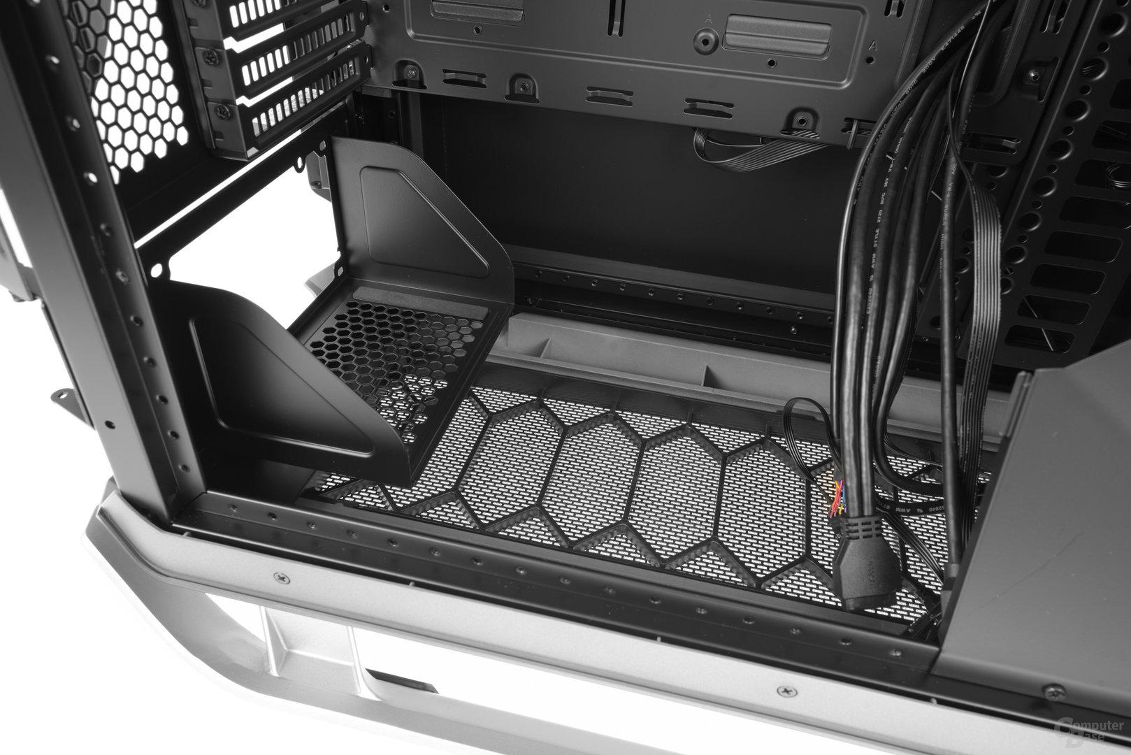 Cooler Master Cosmos C700P – Das Netzteil nimmt seinen Platz auf einem modularen Bracket ein