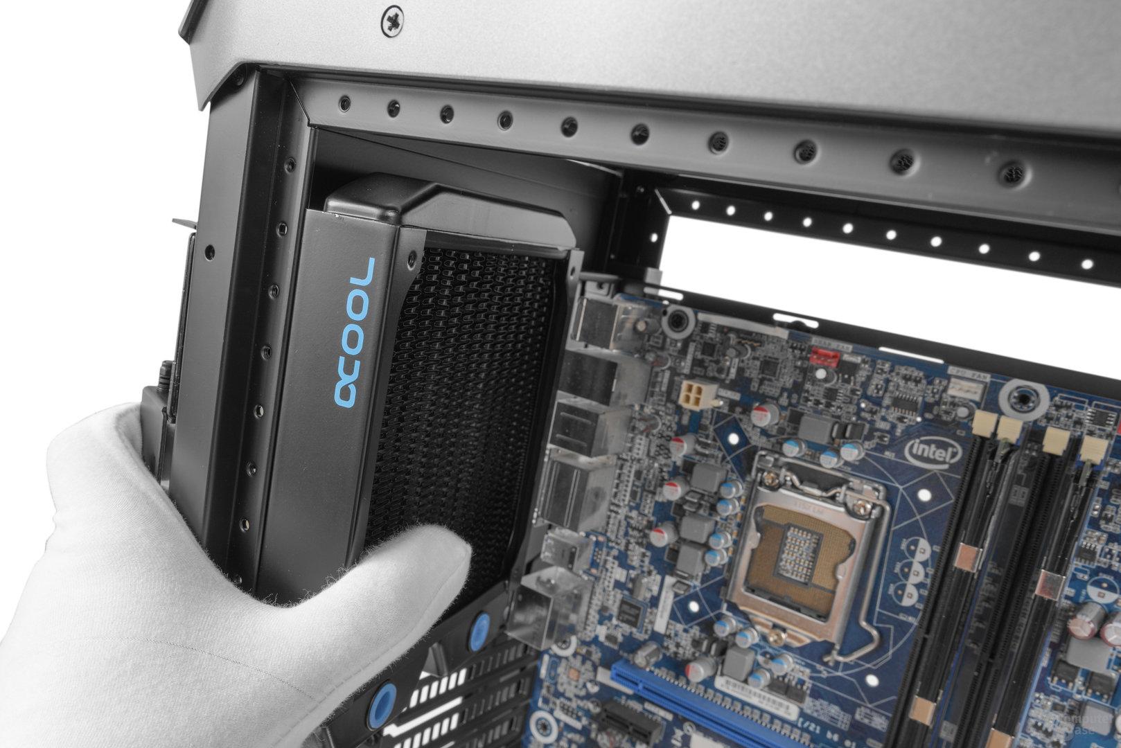 Cooler Master Cosmos C700P – Im Heck soll laut Hersteller ein 140-mm-Radiator passen, was nicht der Fall ist