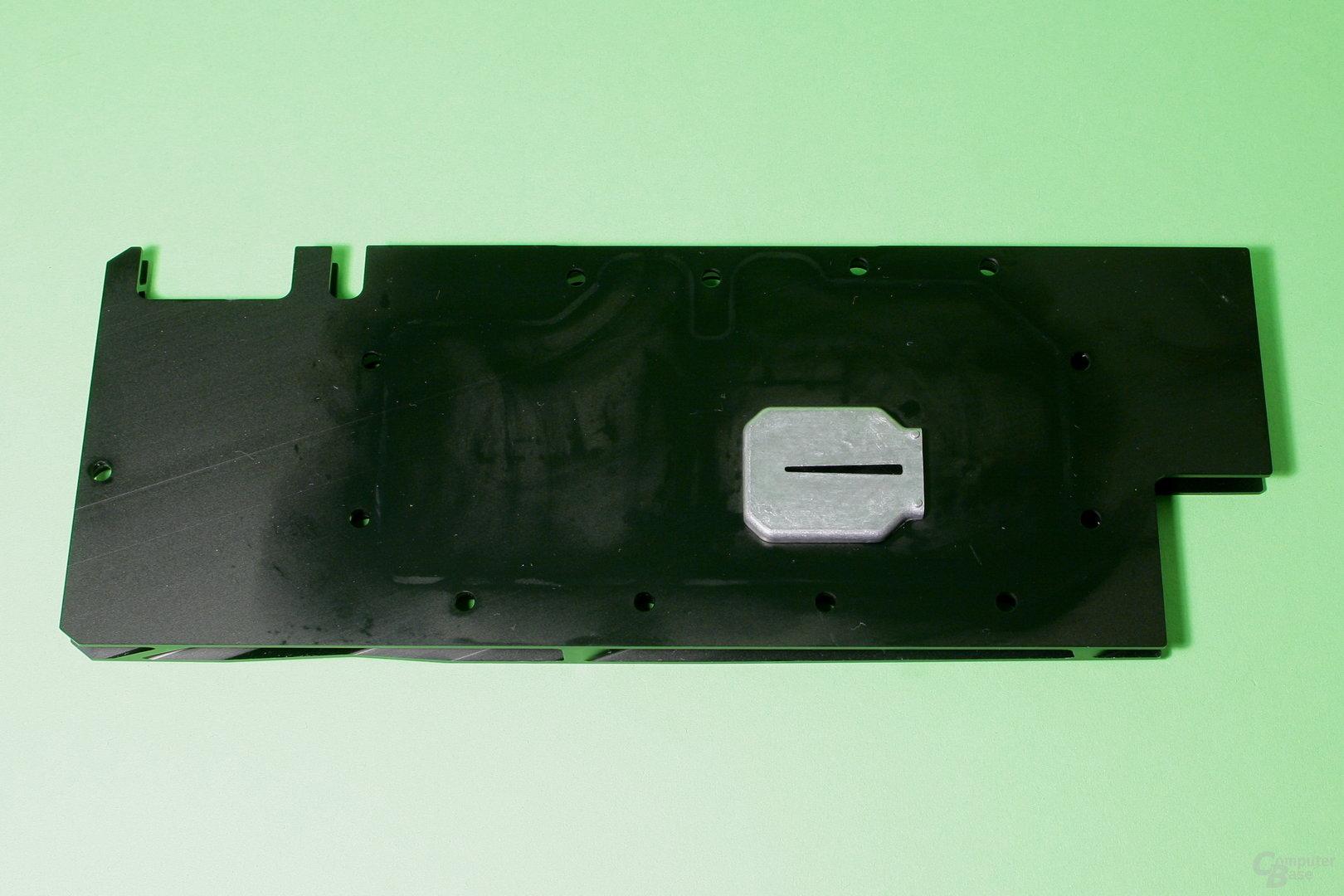 EK Fluid Gaming: An der Abdeckung des Kühlers ist eine Düsenplatte befestigt