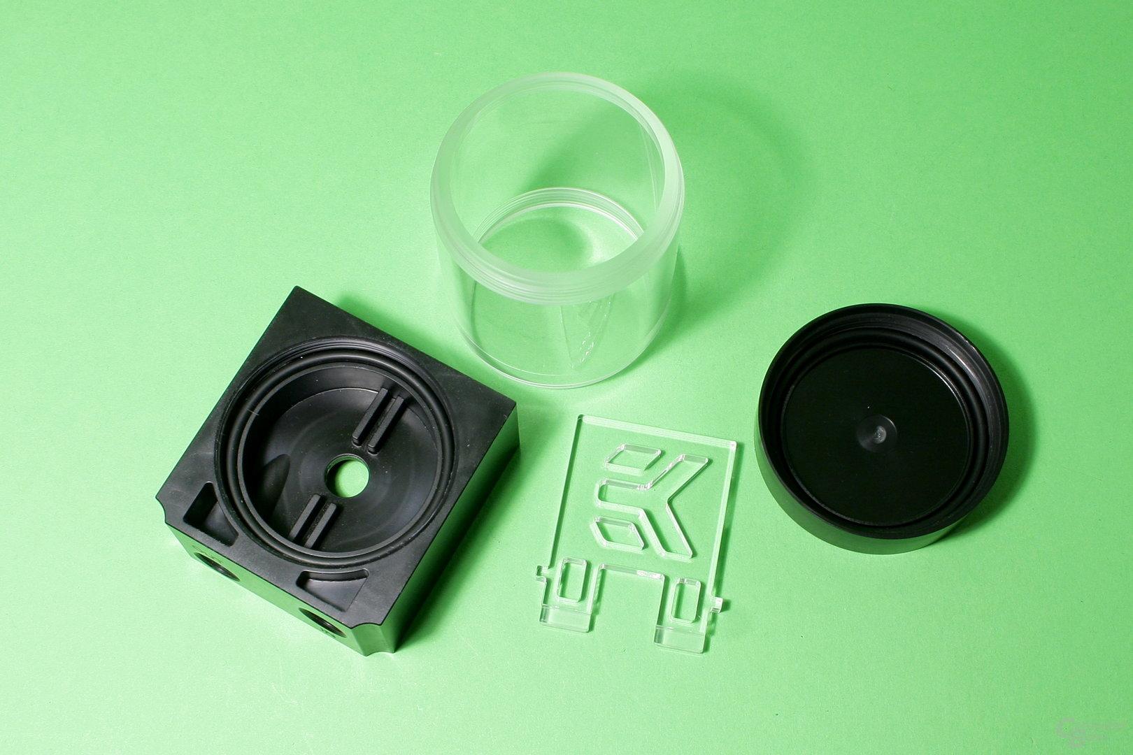 EK Fluid Gaming: Das Reservoir der Pumpe besteht aus einer kleinen Acrylglas-Röhre
