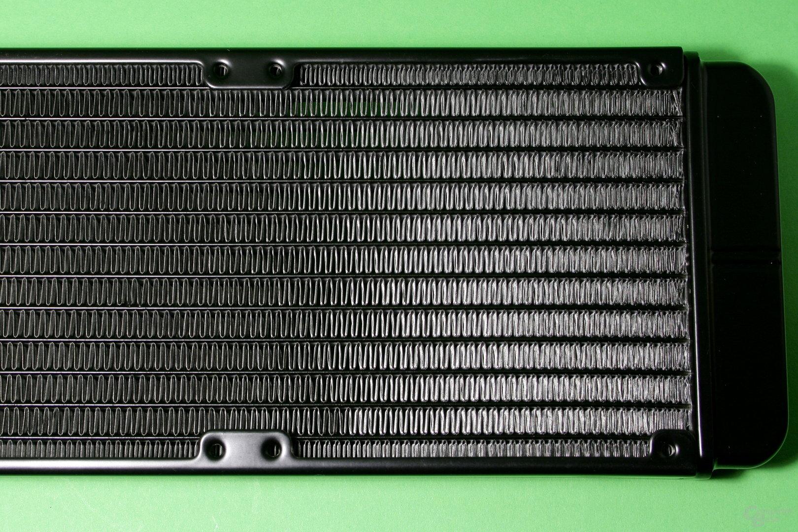 EK Fluid Gaming: Gut verarbeiteter Radiator, aber kein Schutz vor zu tief eingedrehten Schrauben