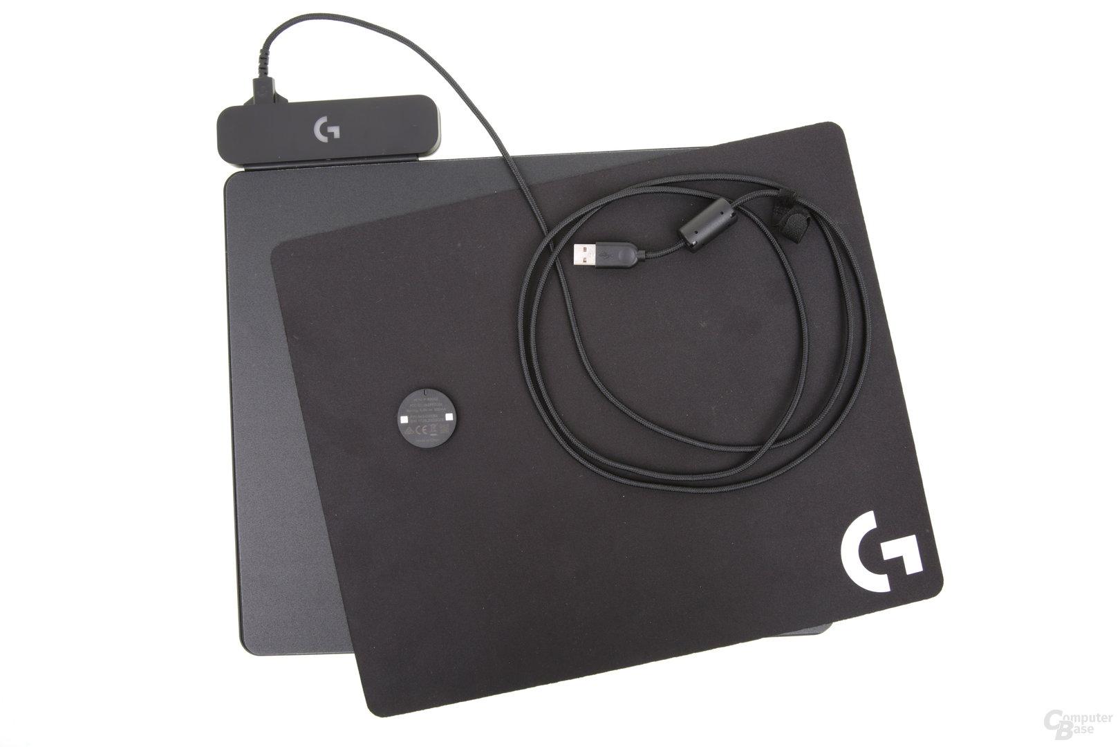 Dem Mauspad liegen zwei Oberflächen, der Powercore und 180 cm USB-Kabel bei