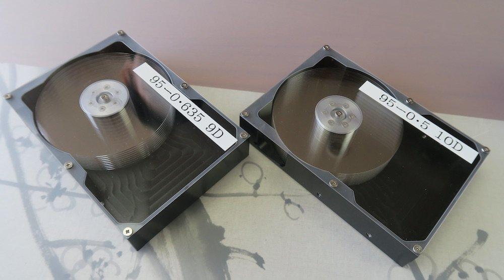 HDD-Mockups mit 9 (links) und 10 (rechts) Glassubstrat-Plattern von Hoya