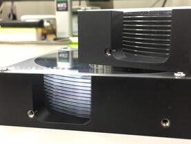 Bei nur 0,381 mm Dicke passen 12 Glasplatter in die HDD-Attrappe