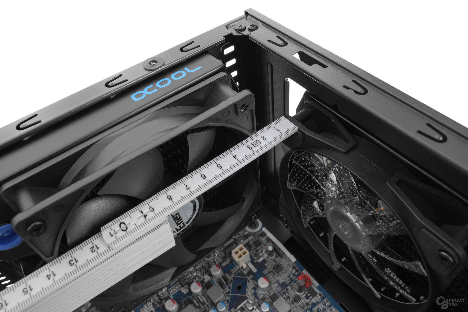 Enermax GraceFun – Sind die Radiatoranschlüsse oben rechts, so darf der Radiator im Deckel maximal 45 mm tief ausfallen