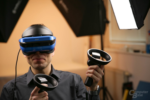 Das Headset von Acer mit den beiden Controllern im Einsatz