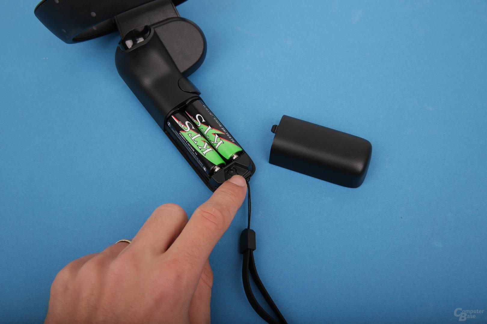 Der Knopf für das Bluetooth-Pairing ist im Batteriefach