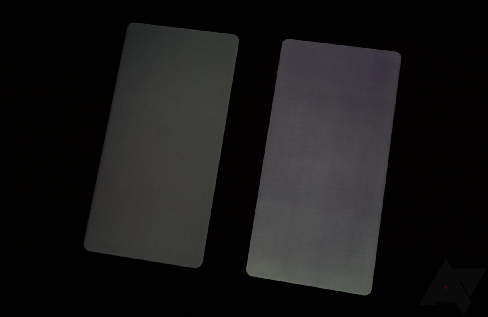 Kaum betroffenes Pixel 2 XL (links) neben LG V30 (rechts)