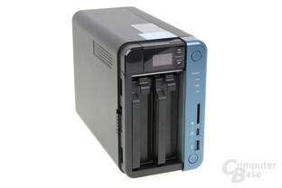 QNAP TS-253B – OLED und HDDs verbergen sich hinter der Abdeckung