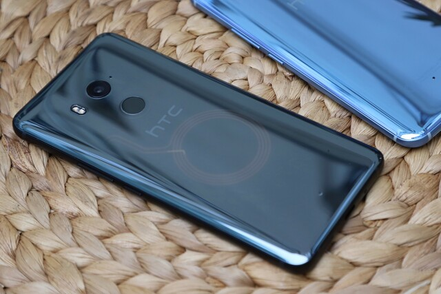 "HTC U11+ in ""Translucent Black"" mit sichtbarer NFC-Spule"