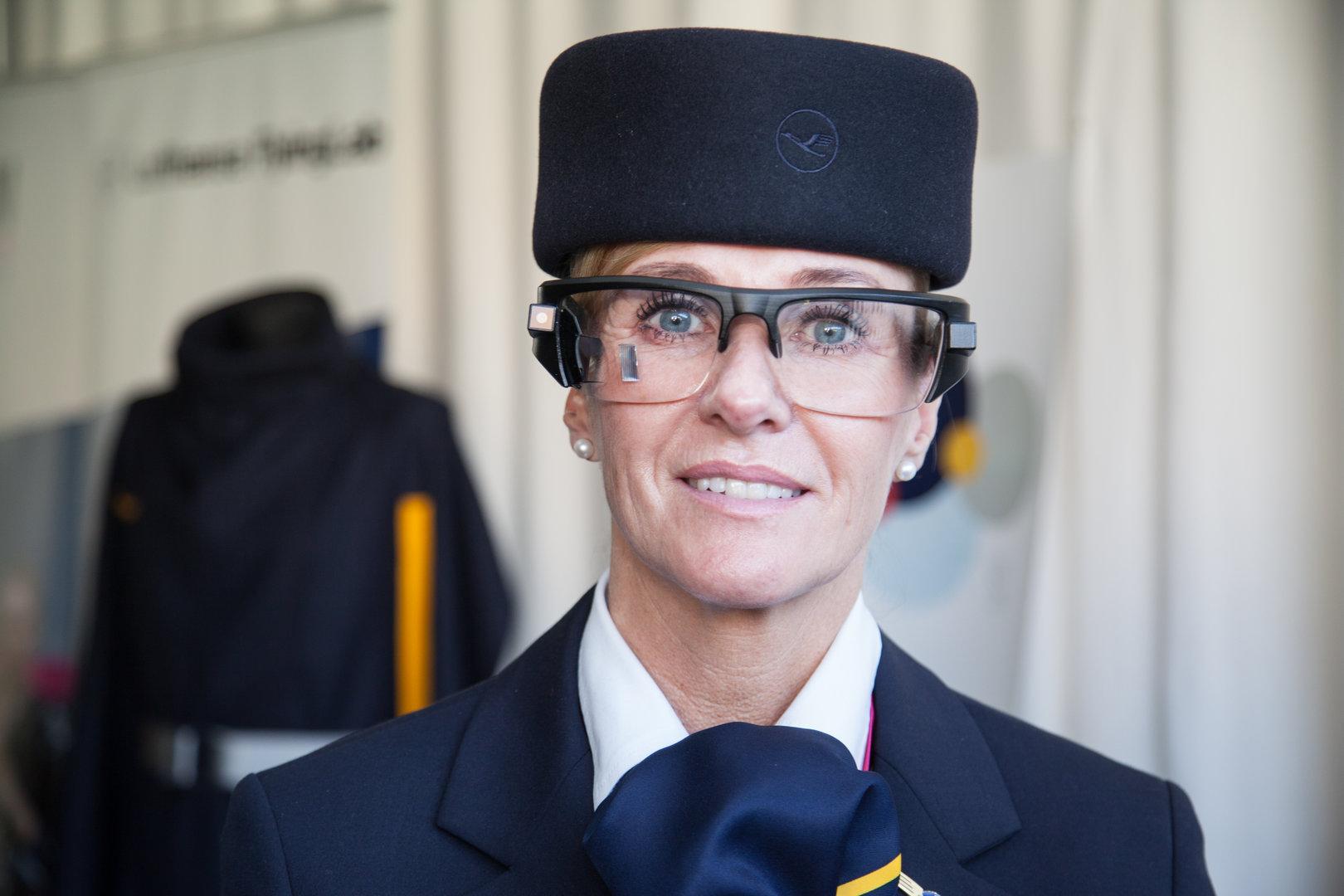 Zeiss Smart Optics von einer Flugbegleiterin getragen