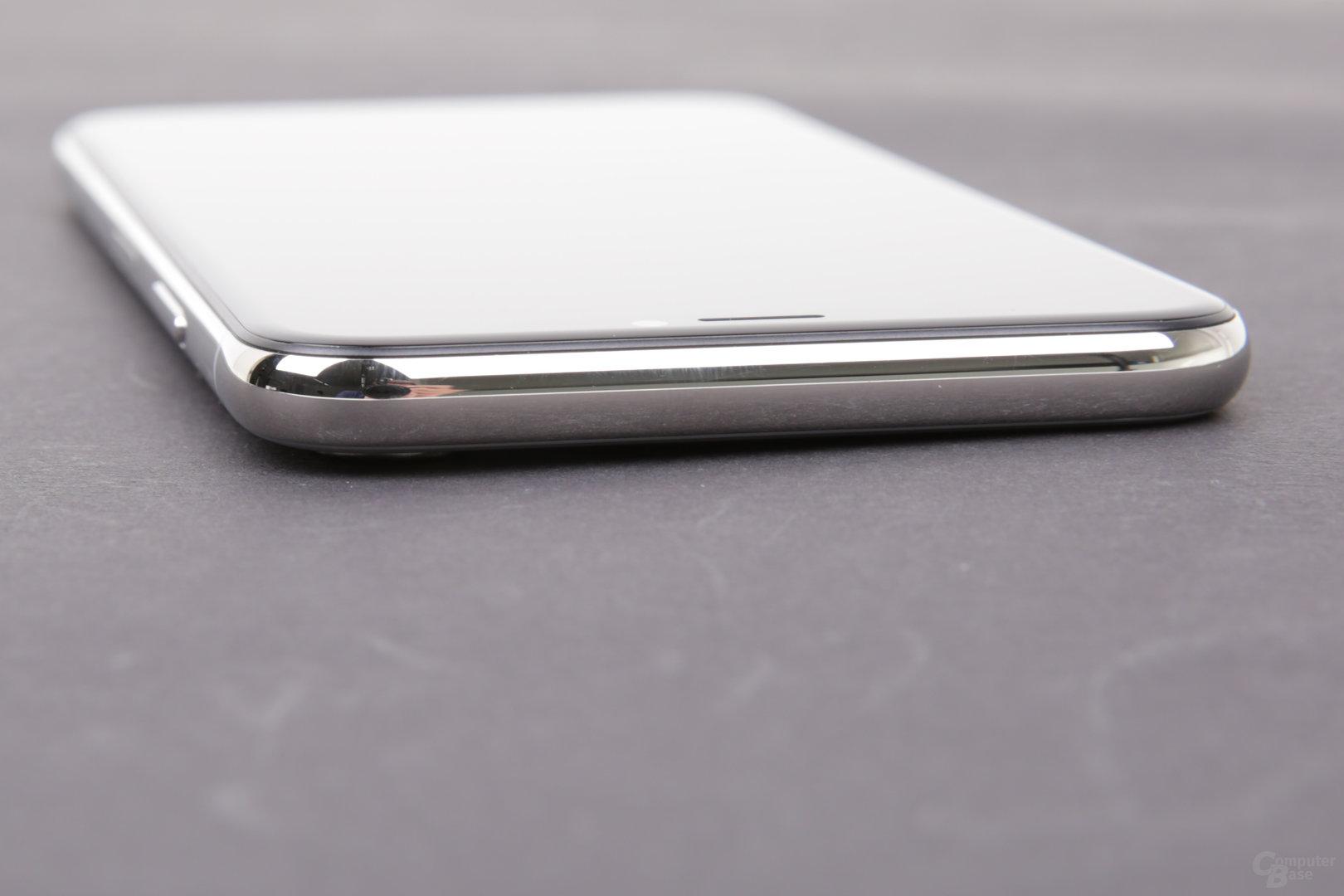 Das iPhone X liegt wegen der Kamera schief