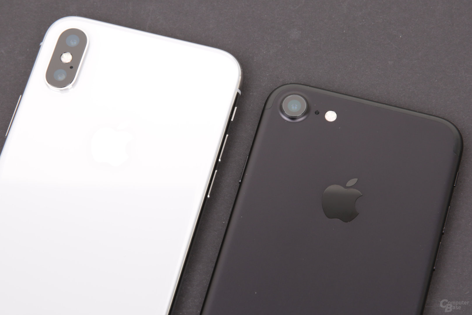 Apple iPhone X neben iPhone 7