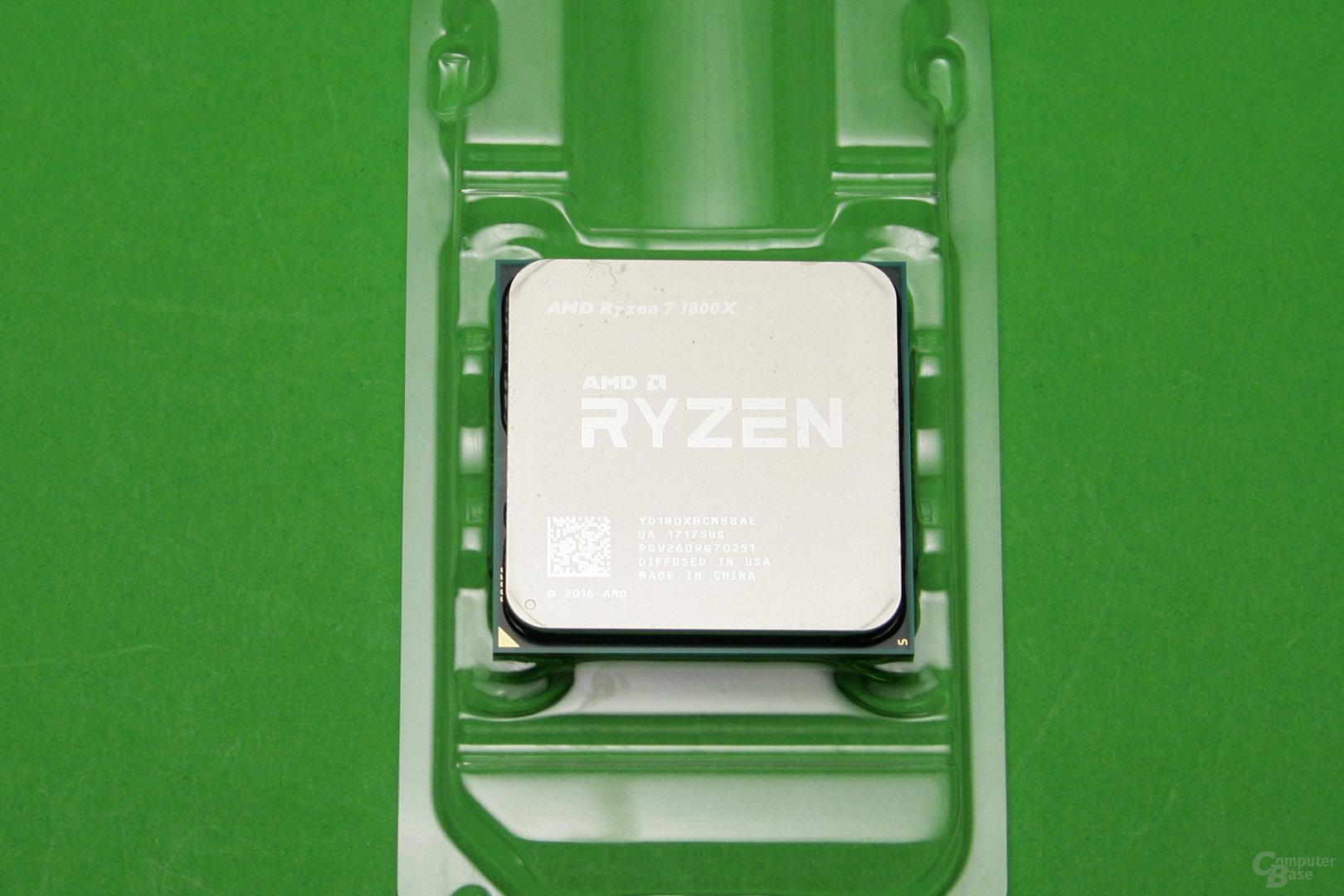 Geradezu winzig: Der Prozessor als Herzstück des PCs wird aus seiner Verpackung entnommen