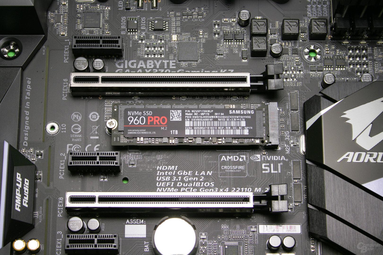 Die SSD wird eingesteckt und durch eine Schraube auf der gegenüberliegenden Seite gesichert