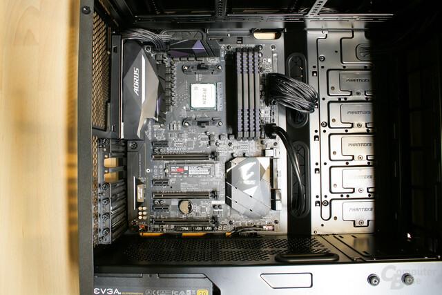 Das Mainboard ist mitsamt aller relevanten Kabelverbindungen im Gehäuse