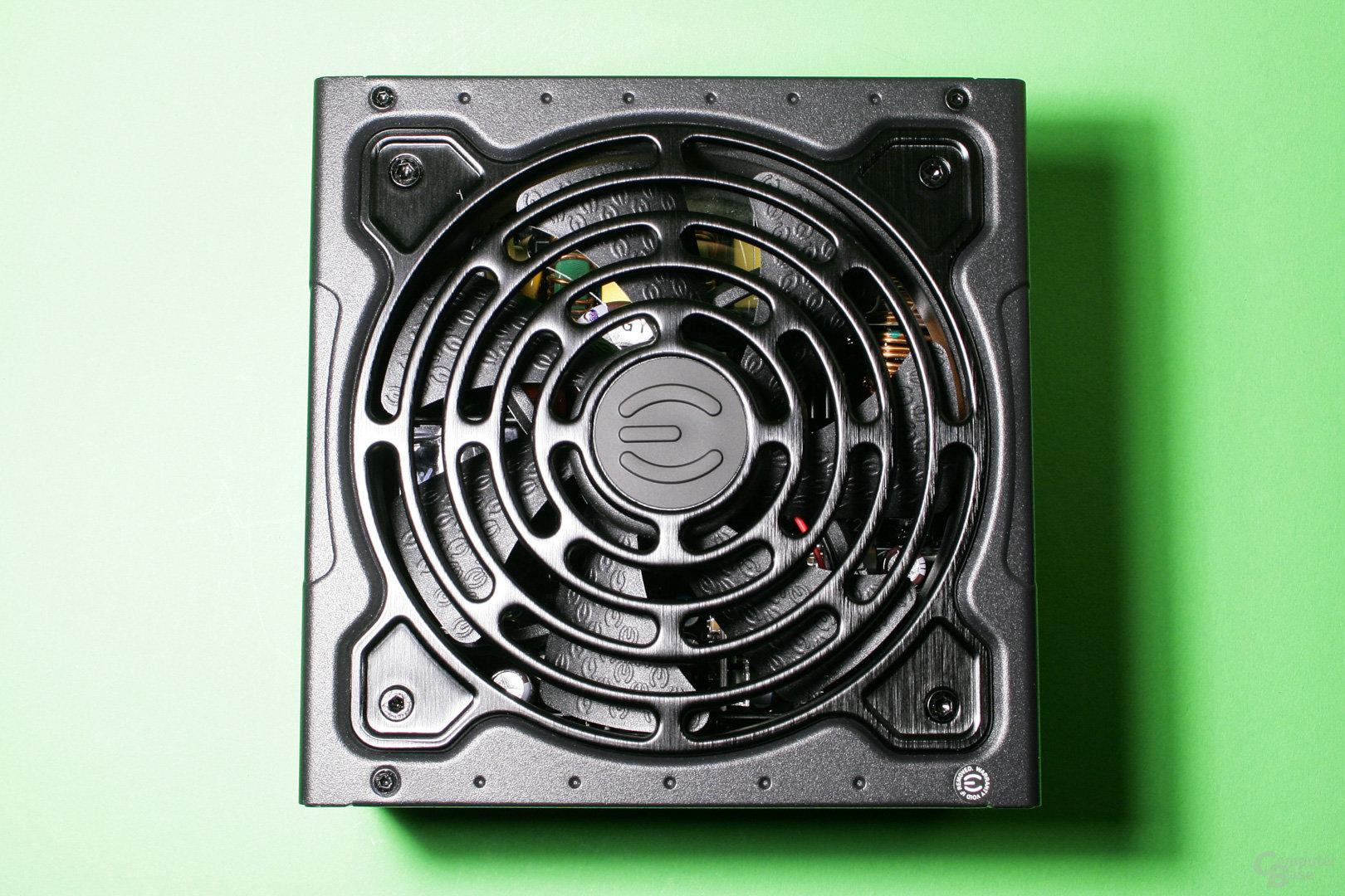 EVGA liefert ein leistungsstarkes und dennoch sehr kompaktes Netzteil