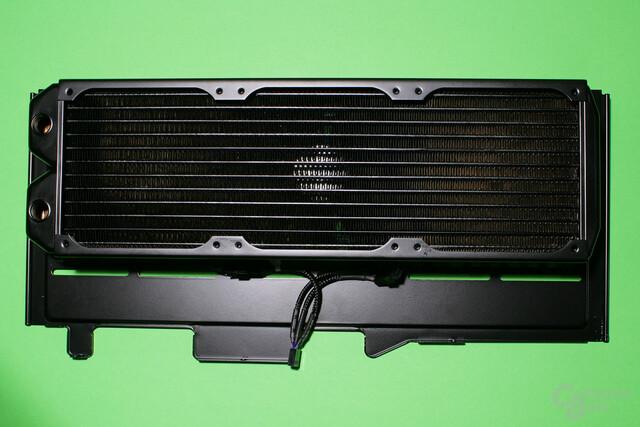 Das Enthoo Evolv von Phanteks besitzt ein Radiator-Tray im Deckel, das zur Befestigung eines Wärmetauschers herausgezogen werden kann