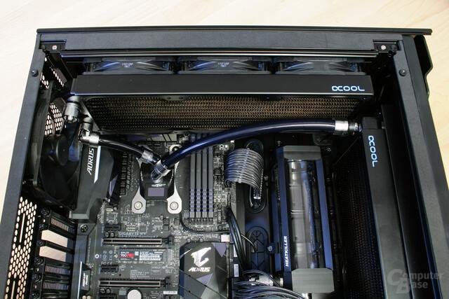Schlauchverbindungen am CPU-Kühler zu den benachbarten Komponenten
