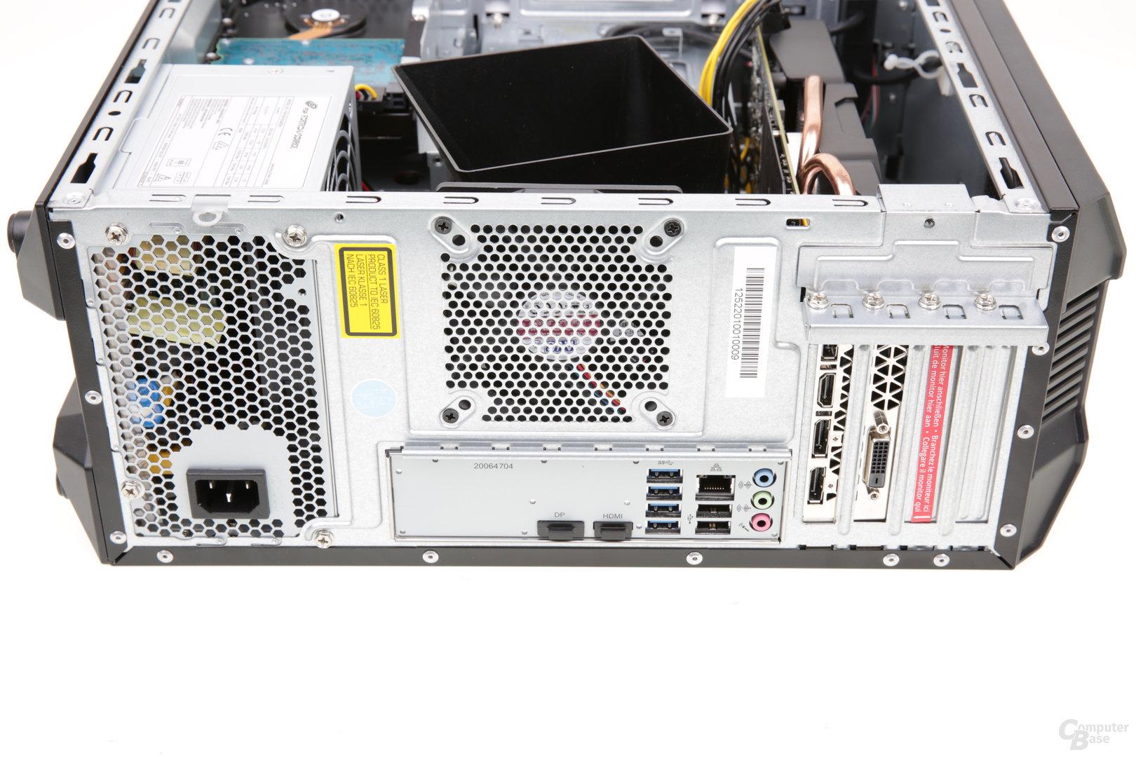 Die rückwärtigen Anschlüsse am Medion Erazer X67015