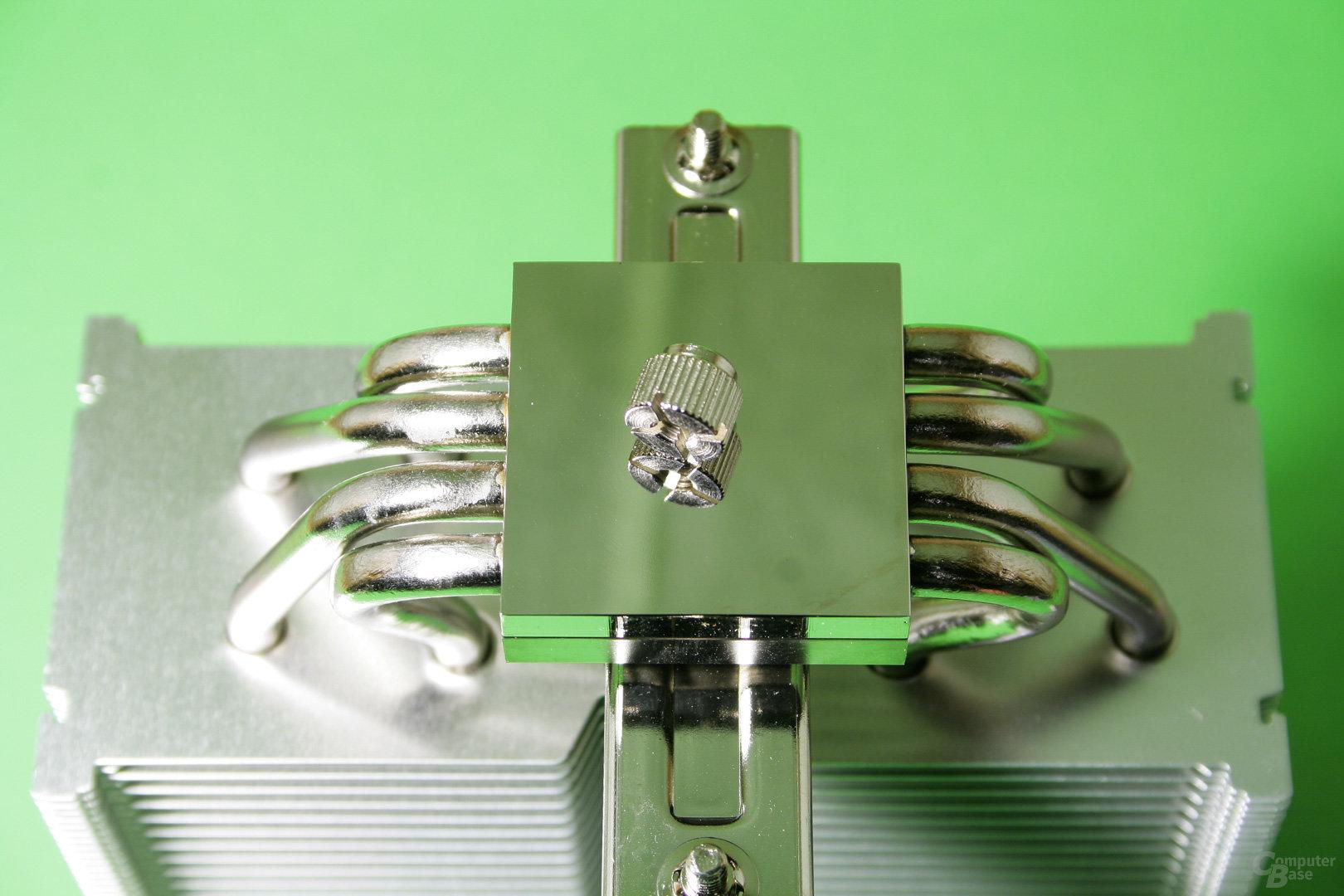 Vier vernickelte Heatpipes sind mit einer blank polierten vernickelten Bodenplatte verbunden