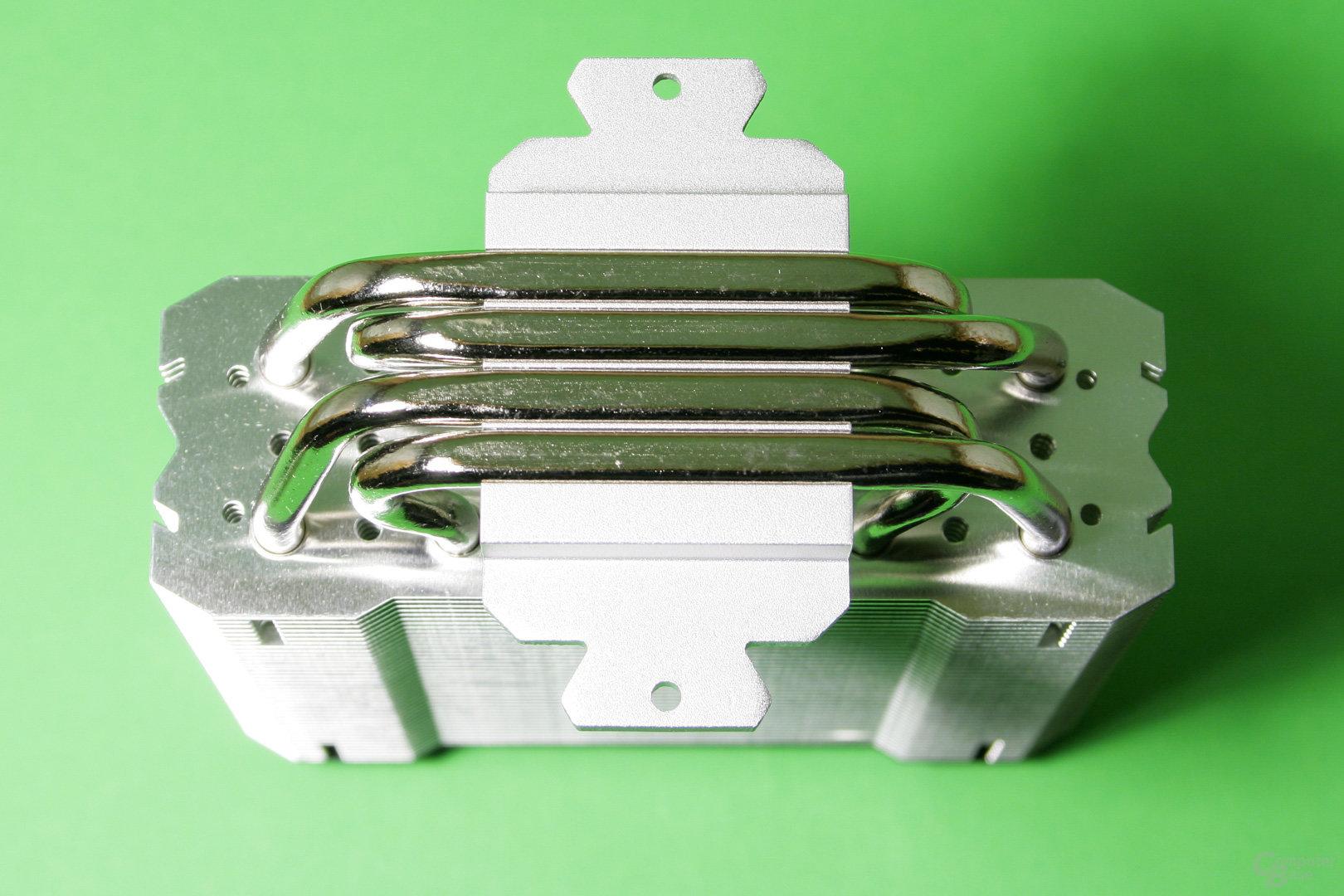 Die vier vernickelten Heatpipes behalten die silberne Farbe in der CPU-Auflagefläche bei