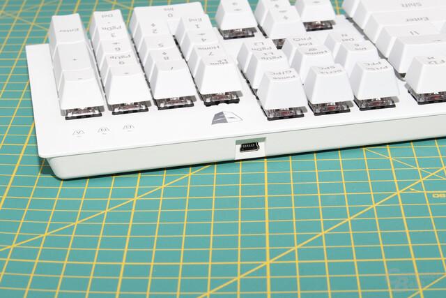 Der Mini-USB-Stecker sitzt hinter dem Nummernblock