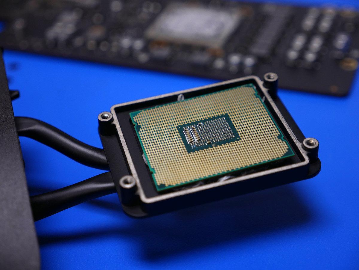 CPU des iMac Pro in der Halterung des Kühlkörpers