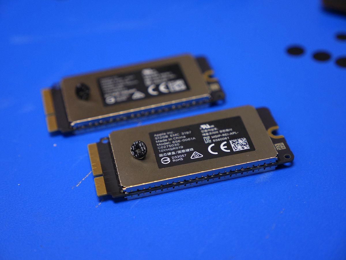 Die zwei 512-GByte-SSDs mit Schutz-Stickern