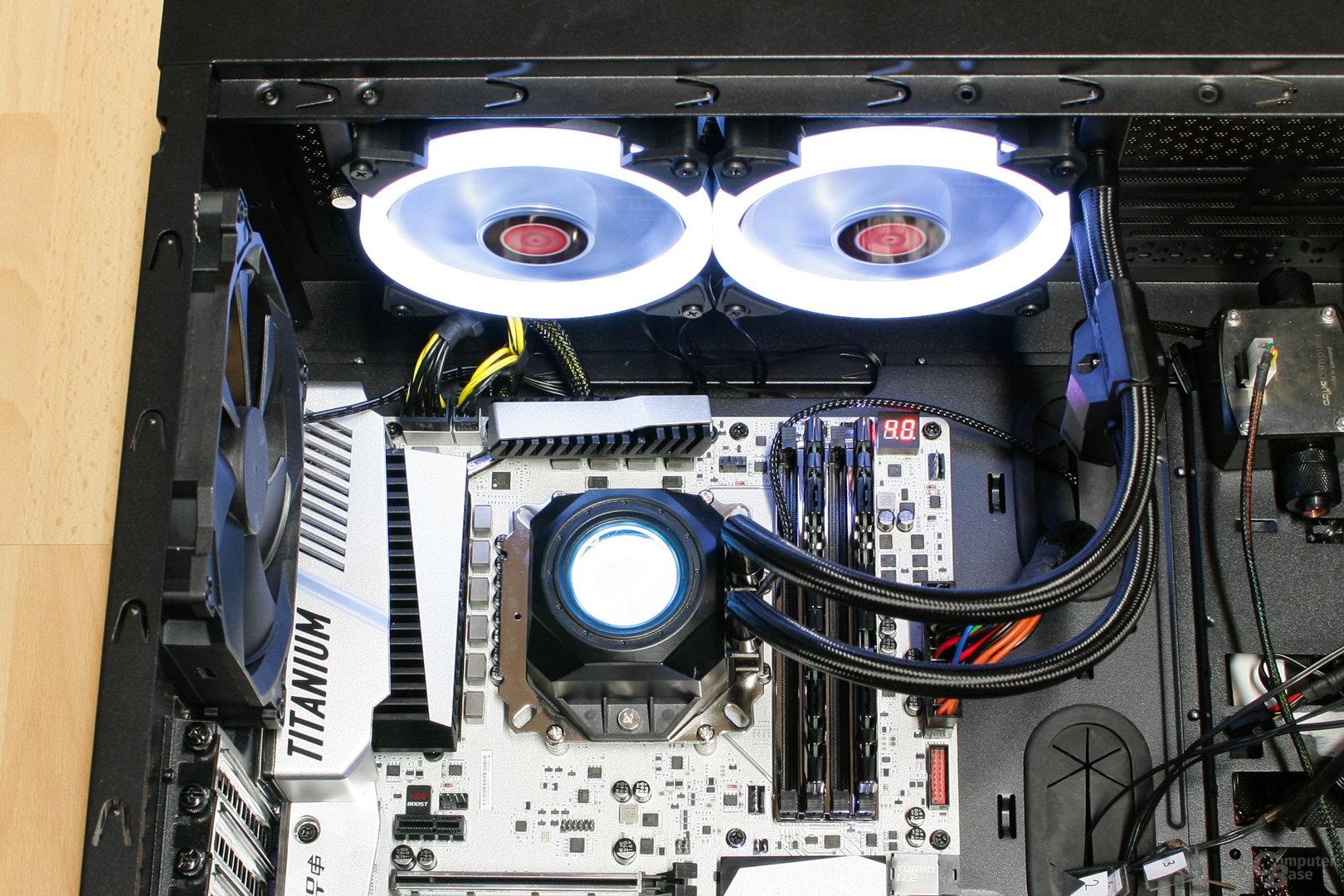 Raijintek Orcus 240 mit weißer Beleuchtung im Testsystem