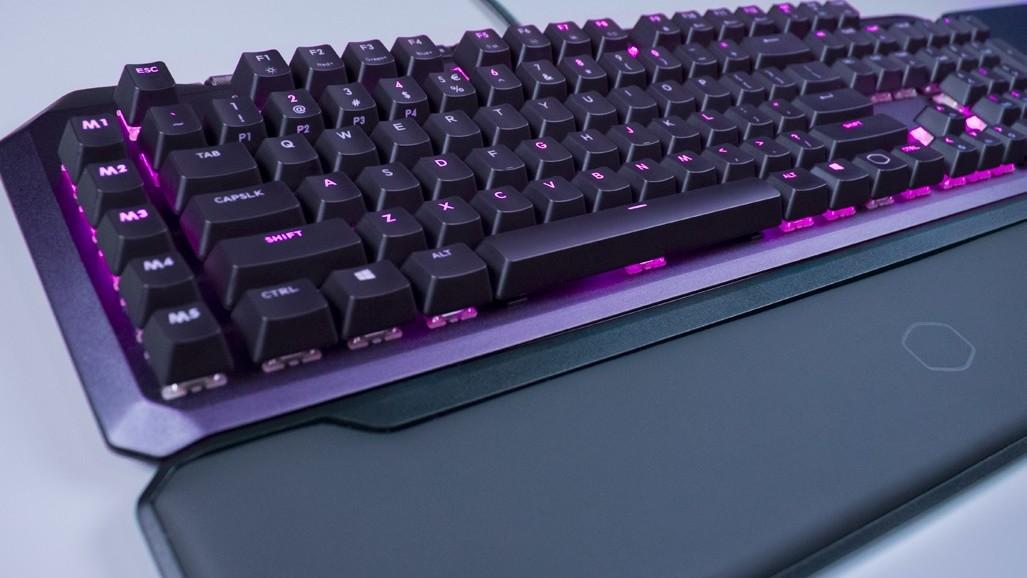 "Cooler Master MK-850 & MM830: ""Gaspedal""-Tastatur und ""D-Pad""-Maus"