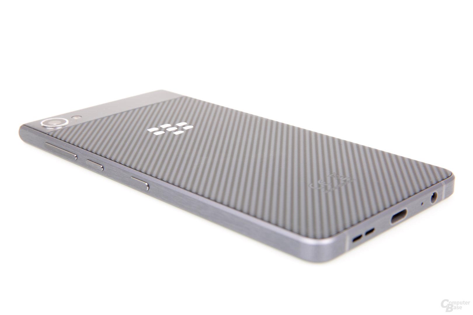 Der Metallrahmen schützt das Smartphone